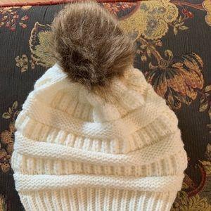 Accessories - Pompom hat